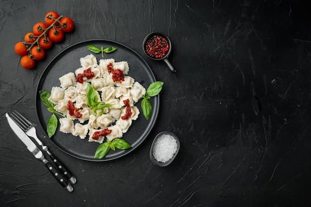 Makaron ravioli z sosem śmietanowo-grzybowym i serem