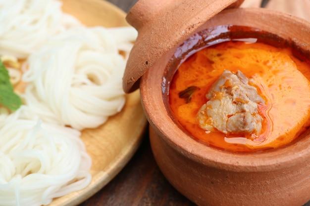 Makaron ryżowy curry z kurczakiem
