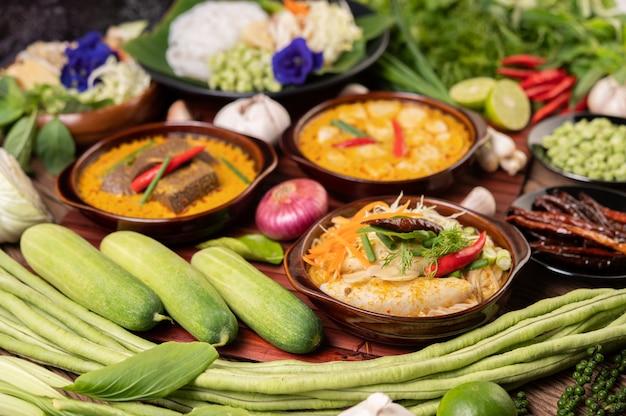 Makaron ryżowy, czerwone curry z klopsikami, z suszonymi papryczkami chili, bazylią, ogórkiem i długą fasolą