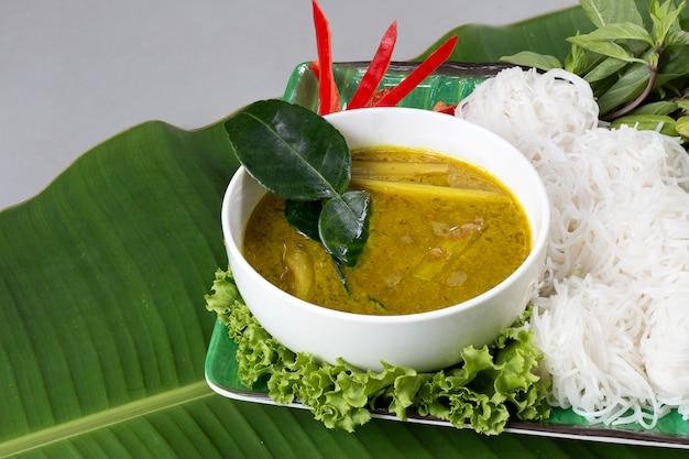 Makaron ryżowy w sosie curry rybnej