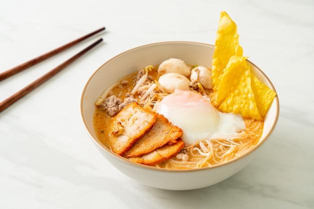 Makaron ryżowy wermiszel z klopsikiem, pieczoną wieprzowiną i jajkiem w pikantnej zupie - tom yum noodles