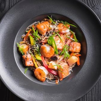 Makaron ryżowy z krewetkami i warzywami