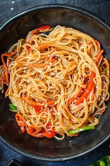 Makaron ryżowy z warzywami makaron celofanowy produkt naturalny
