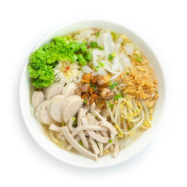 Makaron ryżowy z wietnamskim sosem wieprzowym pho posypać chrupiącą czosnkową dymką i orzeszkami ziemnymi