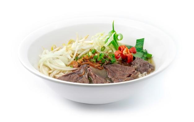 Makaron ryżowy z wołowiną w jasnej zupie pho wietnamski styl udekoruj