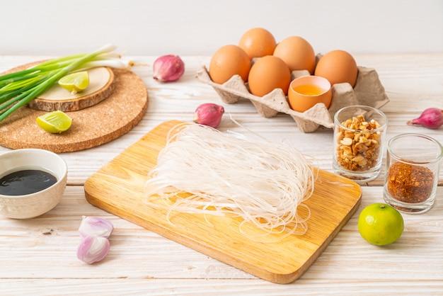 Makaron ryżowy ze składnikami gotowymi do gotowania pad thai