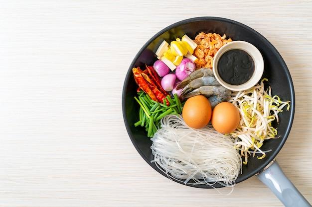 Makaron ryżowy ze składnikami na patelni