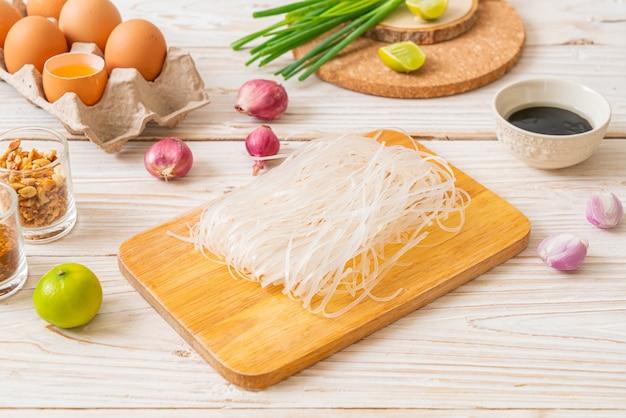 Makaron ryżowy ze składnikami