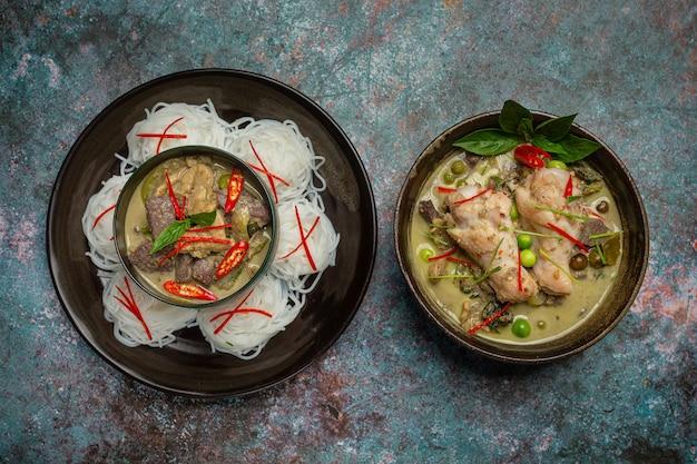 Makaron ryżowy, zielone curry z kurczaka, tajskie jedzenie z mleka kokosowego.