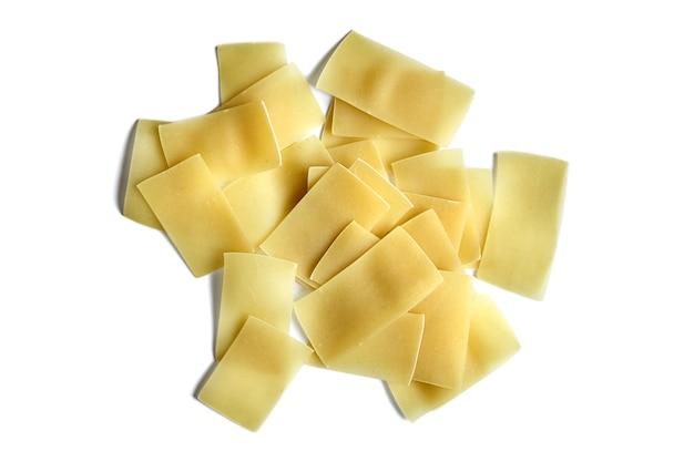 Makaron - składnik do gotowania beshbarmak na białym tle