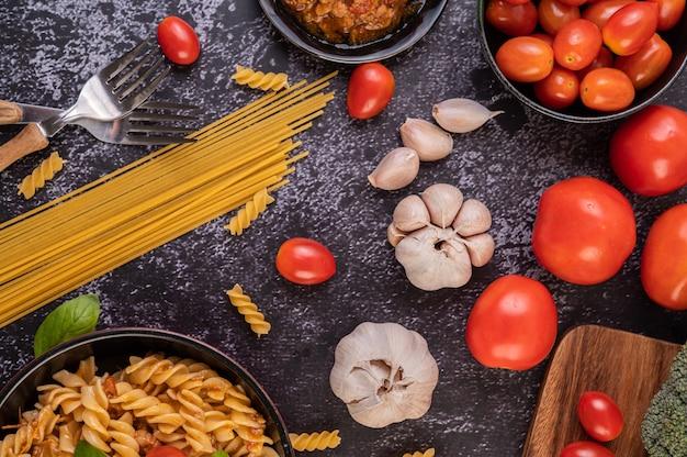 Makaron smażony na patelni z pomidorami i bazylią
