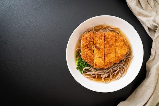Makaron soba ramen z japońskim kotletem wieprzowym (tonkatsu). azjatycki styl jedzenia