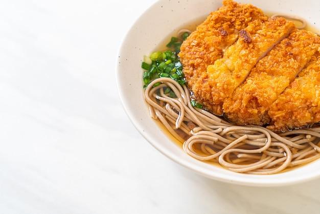 Makaron soba ramen z japońskim kotletem wieprzowym (tonkatsu) - azjatycki styl