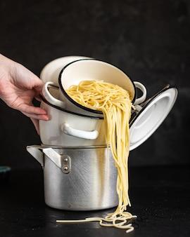 Makaron spaghetti gotowany w rondlu pszenica durum zdrowe jedzenie posiłek przekąska