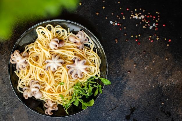 Makaron spaghetti, ośmiornica, owoce morza świeże drugie danie