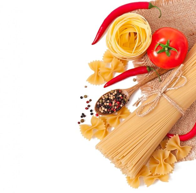Makaron spaghetti, warzywa, przyprawy na białym tle