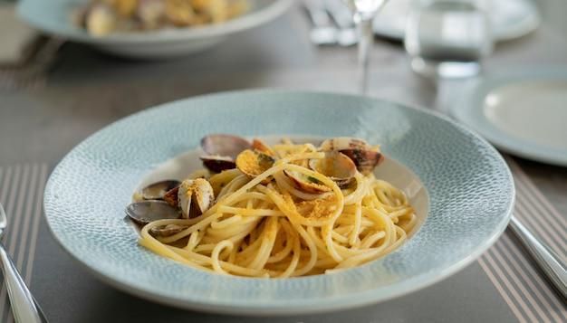 Makaron spaghetti z małżami i bottargą, kuchnia śródziemnomorska