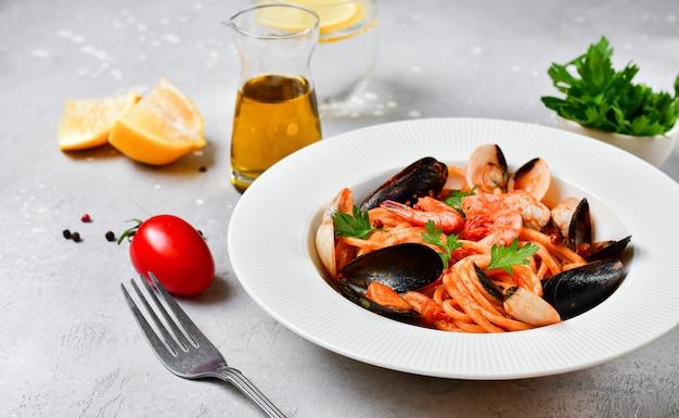 Makaron spaghetti z owocami morza