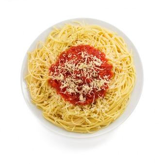 Makaron spaghetti z sosem pomidorowym na białym tle