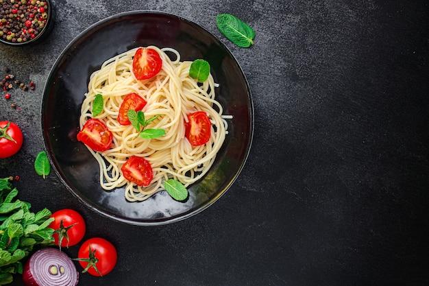 Makaron spaghetti z warzywami i pomidorami jeść danie