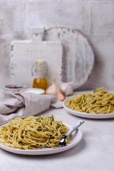 Makaron spaghetti ze szpinakiem i serem