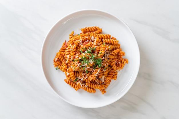 Makaron spirali lub spirali z sosem pomidorowym i serem. włoski styl jedzenia
