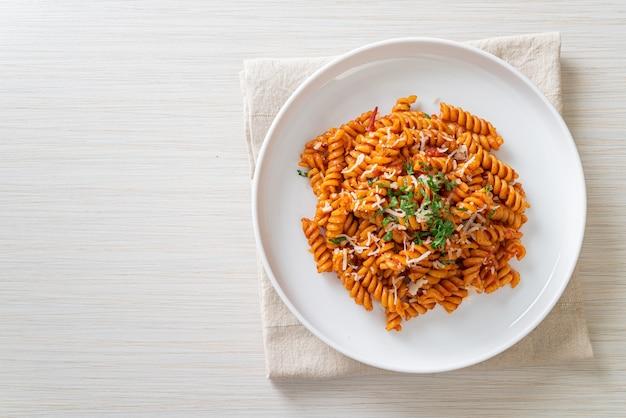 Makaron spirali z sosem pomidorowym i kiełbasą