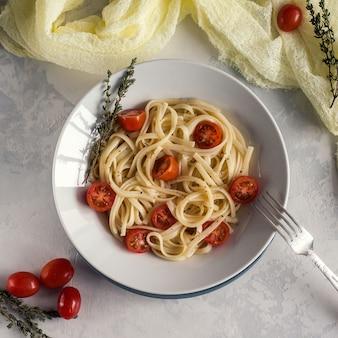 Makaron tagliatelle i pomidory czereśniowe widok z góry