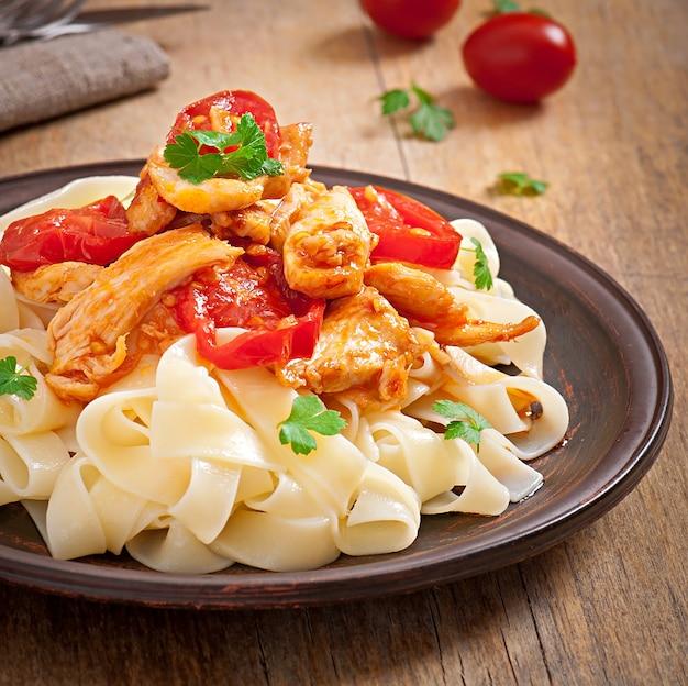 Makaron tagliatelle z pomidorami i kurczakiem