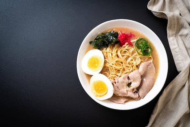 Makaron tonkotsu ramen z wieprzowiną i jajkiem