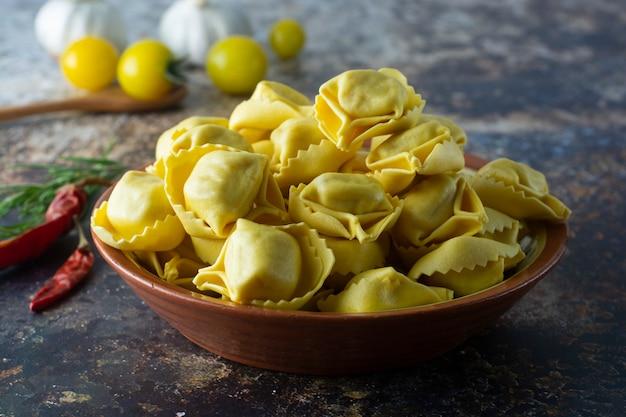 Makaron tortelloni włoski tradycyjny makaron z mięsem lub warzywami