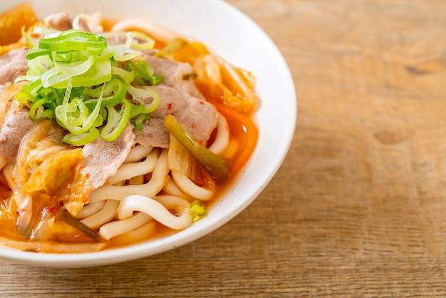 Makaron udon ramen z wieprzowiną i kimchi