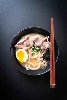 Makaron udon ramen z zupą wieprzową