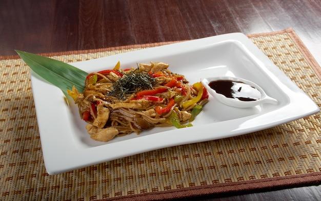 Makaron udon z gulaszem ze ścięgien wołowych kuchnia japońska