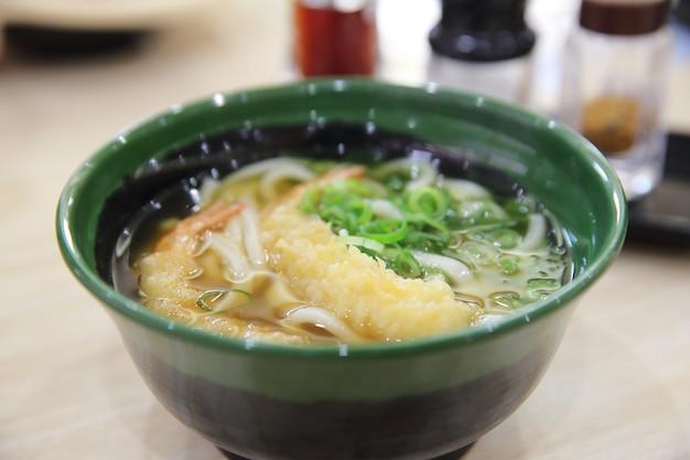 Makaron udon z krewetkami w tempurze