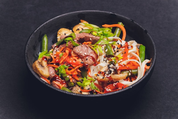 Makaron udon z kurczakiem i papryką - kuchnia japońska.