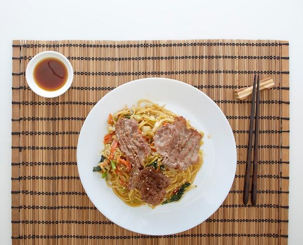 Makaron udon z warzywami, spotkać wołowinę.