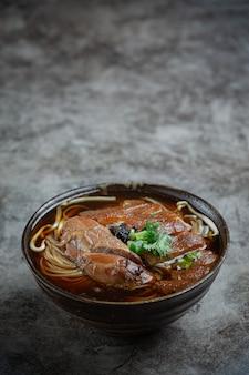 Makaron w chińskiej wieprzowinie duszonej gulasz wieprzowy piękne dodatki, tajskie jedzenie.