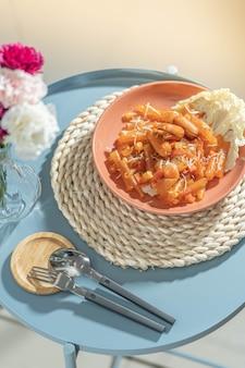 Makaron w płatkach fasoli wymieszać z posypką kiełbasą i serem