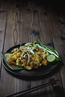 Makaron w stylu tajskim na stole