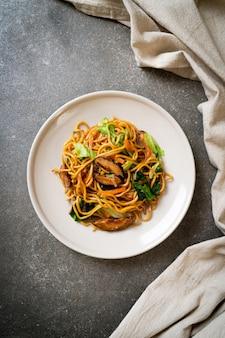 Makaron yakisoba smażony z warzywami w stylu azjatyckim - kuchnia wegańska i wegetariańska