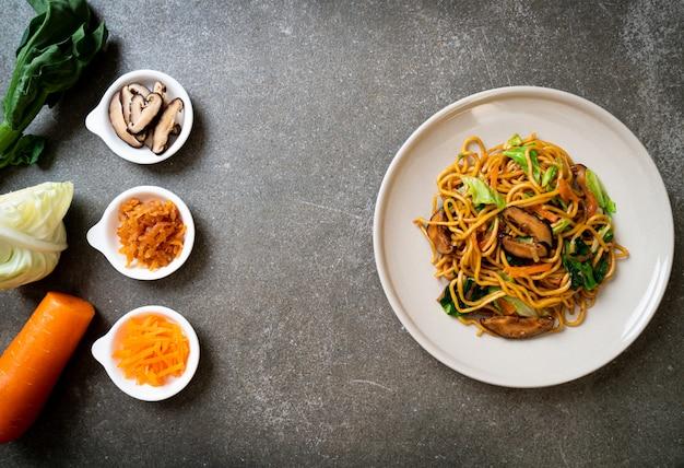 Makaron yakisoba smażony z warzywami w stylu azjatyckim. wegańskie i wegetariańskie jedzenie