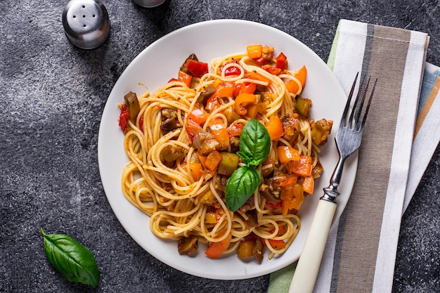 Makaron z bakłażanem, pieprzem i pomidorami