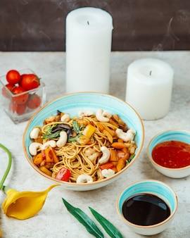 Makaron z grzybami warzywnymi i białą fasolą