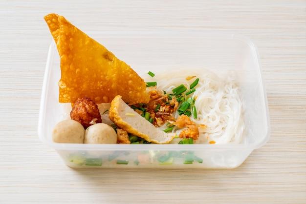 Makaron z kulką rybną i mieloną wieprzowiną w pudełku dostawczym, kuchnia azjatycka