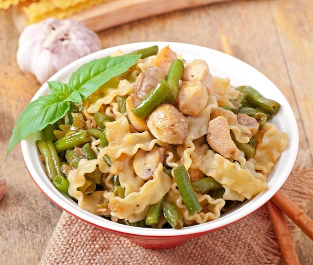 Makaron z mięsem, fasolą i grzybami