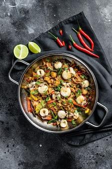 Makaron z owocami morza i warzywami podsmażyć na patelni wok