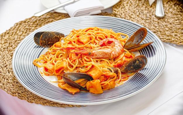 Makaron z owocami morza spaghetti z małżami i krewetkami