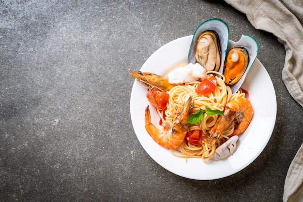 Makaron z owocami morza spaghetti z małżami, krewetkami, kabaczkami, małżami i pomidorami