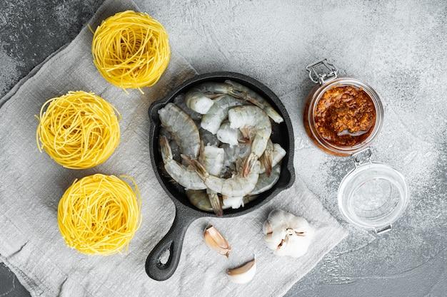 Makaron z parmezanem pesto ricotta i składnikami grillowanych owoców morza